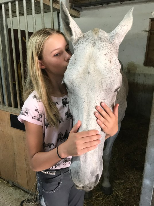 Julia_Polo_Horse_kisses_Olivia